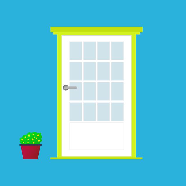 květináč u dveří