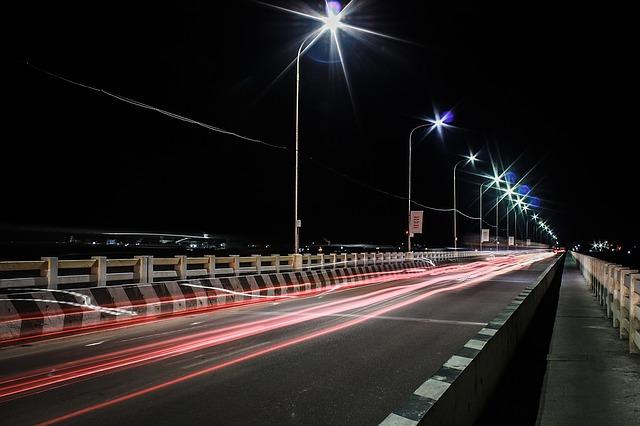 silnice ve tmě