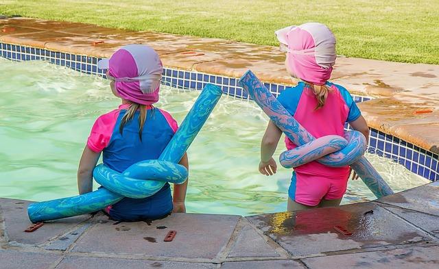 hraní v bazénu.jpg