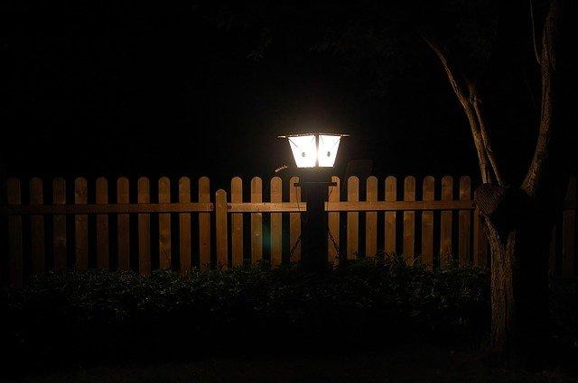 lucerna u plotu