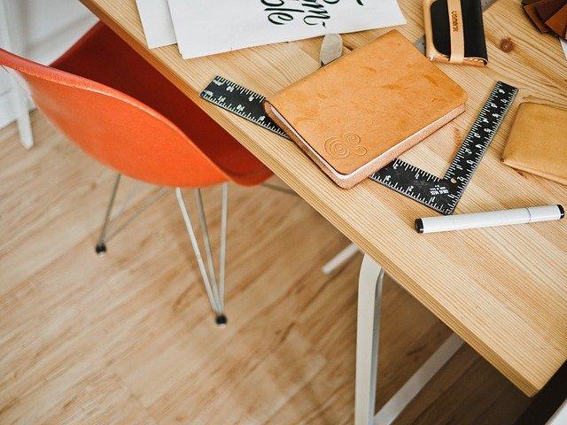 pravítko na stole