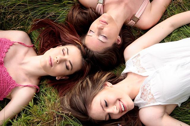 kámošky v trávě